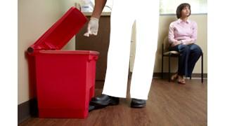Der Step-On-Tretabfalleimer von Rubbermaid Commercial unterstützt die Abfallentsorgung im Sanitärbereich.
