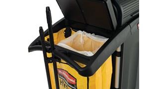 Die 3-fach-Abfallsackhalterungen aus Draht der Executive-Serie von Rubbermaid Commercial sorgen an Reinigungswagen für die getrennte Aufbewahrung von Abfall, Recycling-Stoffen, verschmutzten Reinigungstüchern und -Wischbezügen.