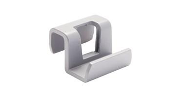 Slim Jim®-clips van Rubbermaid Commercial kunnen in honderden verschillende configuraties worden gerangschikt voor ingebouwde opslagruimte. De clips kunnen eenvoudig worden bevestigd aan de rand van een Slim Jim® container of aan de materiaalrails van de Slim Jim® Rim Caddy.