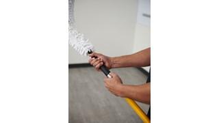 Les manches et perches Rubbermaid HYGEN™ Quick-Connect permettent de nettoyer plus efficacement jusqu'au moindre recoin. Unique, le mécanisme Quick-Connect assure un changement facile et rapide du support.