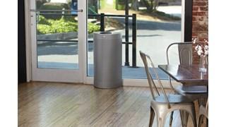 Der schlanke halbrunde und dekorative 45-Liter-Abfallbehälter (FGSH12) für Innenräume fügt sich mit seinem modernen Lochmuster harmonisch und formschön in moderne Einrichtungen und Umgebungen ein.