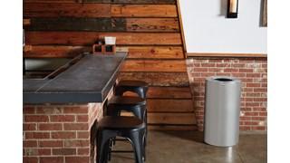 Der dekorative Atrium®-Abfallbehälter (79 Liter) für Innenbereiche mit oben offenem Deckel (FGAOT35) ist langlebig und korrosionsbeständig. Er bietet eine saubere, klassische Optik und hat einen oben offenen Deckel für eine bequeme Abfallentsorgung.