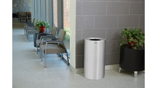 Der dekorative Atrium®-Abfallbehälter (132l) für Innenbereiche mit oben offenem Deckel (FGAOT35) ist langlebig und korrosionsbeständig. Er bietet eine saubere, klassische Optik und hat einen oben offenen Deckel für eine bequeme Abfallentsorgung.