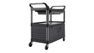 Ce chariot utilitaire roulant Rubbermaid Xtra est doté de deux étagères, de portes à serrures et d'un tiroir coulissant.