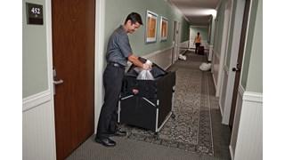 Die Abdeckung des zusammenklappbaren X-Cart-Wagens von Rubbermaid Commercial verfügt über mehrere Staufächer, um häufig verwendete Werkzeuge und Reinigungsmittel in Reichweite zu halten.
