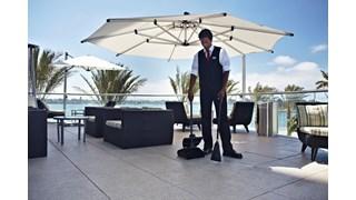 Het Rubbermaid Commercial Executive Series Lobby Pro® Plastic staande stofblik met deksel is ideaal voor gebruik in uw hotellobby, restaurantlobby of banketzaal.