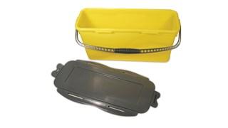 De Rubbermaid Commercial HYGEN ™ Microvezel laademmer met zeef is ontworpen zodat gebruikers hun moppen op een efficiënte en ergonomische manier kunnen bevochtigen.