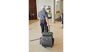 Der Quick-Cart-Mehrzweckwagen der Executive-Serie von Rubbermaid Commercial zählt zu den branchenweit haltbarsten mobilen Wagenlösungen in den Bereichen Hauswirtschaft, Haustechnik und Instandhaltung.