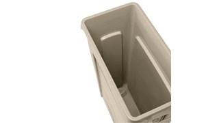 Les collecteurs Rubbermaid Slim Jim® avec conduits d'aération assurent des résultats irréprochables dans les espaces confinés.